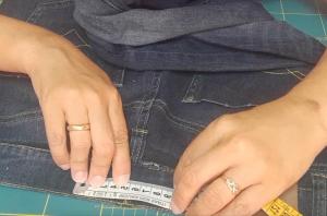 Come stringere i jeans in vita 9